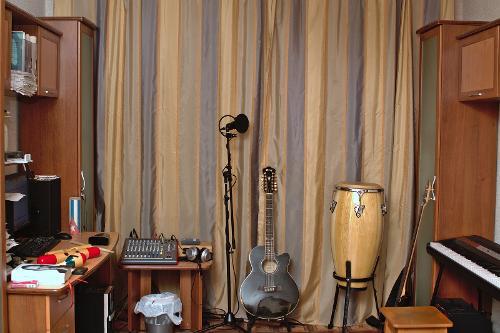 Коллекция музыкальных инструментов и организация рабочего места